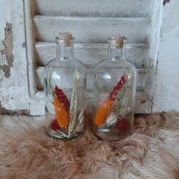Glazen potten en droogbloemen